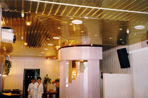 Реечный золотой потолок бард