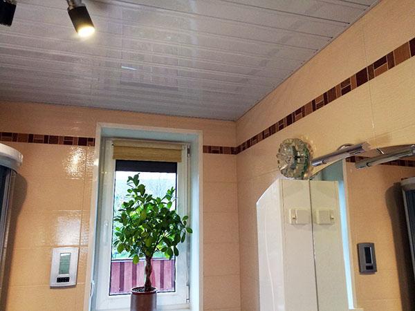 Реечный золотой потолок луксалон
